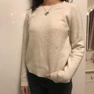 Vit stickad tröja från Vera Moda. I storlek xs. Skriv privat om du har någon fråga eller är intresserad.💕