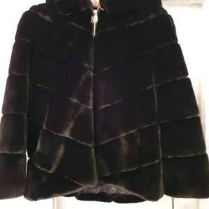Helt ny svart pälsjacka, prislappen är på. Aldrig använd pga fel storlek och köpte den i ett annat land. 3000kr, storlek M