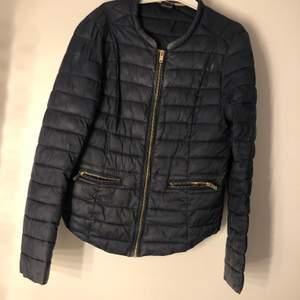 säljer min dina dunjacka från H&M. Passar inte mig längre och jackan är inte min stil längre. Storlek 38