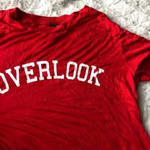 Världens skönaste t shirt köpt på hm, knappt använd därav som ny.