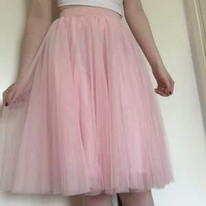 Superfin lång kjol i tyll med flera lager tyg, knappt använd och i väldigt fint skick. Så söt pastellrosa färg, passar perfekt till en soft look🌸💗