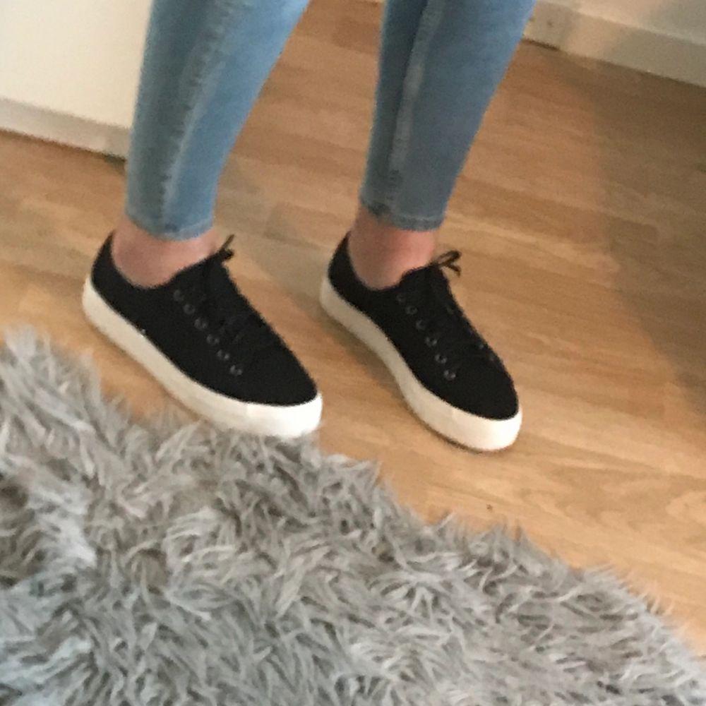Är fin och sköna. Har använt dem typ 3 gånger. Man står själv är frakten och köpt är köpt :). Skor.
