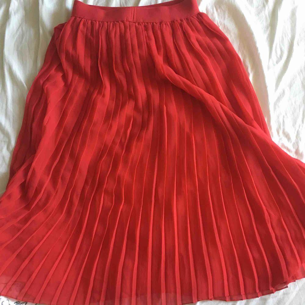 Jättefin kjol från NA-KD perfekt till sommaren! Köpt här på Plick men tyvärr för liten för mig, så säljer den vidare🎀 Frakt tillkommer!😁. Kjolar.