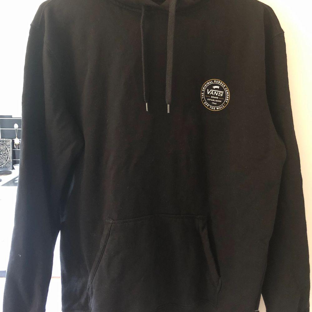 Helt ny jättefin Vans hoodie i storlek M, jag har enbart testat den en gång sen har den bara legat i min garderob, nypris ca 700kr. Finns i Karlskrona, köparen står för frakten. . Huvtröjor & Träningströjor.