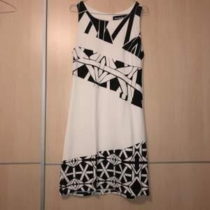 Fin klänning från Desigual, strl M. Använd en gång, i nyskick. Köparen står för frakten ⭐️ nypris 999kr, säljs för 250kr.