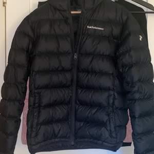 Säljer min sprillans nya PeakPerformence jacka som är i storlek Large. Den är inköpt för 3000kr och säljer nu för 2000kr då den aldrig är använd för jag köpte en annan. Frakt ingår som är spårbart