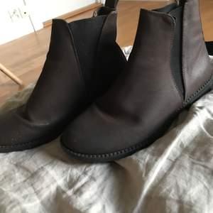 Ett par mörkbruna boots från din sko i mycket bra skick, väldigt snygga skor i bra form som fungerar till allt