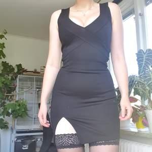 En liten svart klänning. Använd 1-2ggr, som ny. Använder aldrig och det är därför jag säljer.