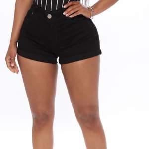 Säljer mina svarta OANVÄNDA shorts i stl 7 som är S/M. Väldigt skönt material och det är inte så korta som på modellbilderna. På mig kommer det ungefär 4-5 cm under rumpan😇