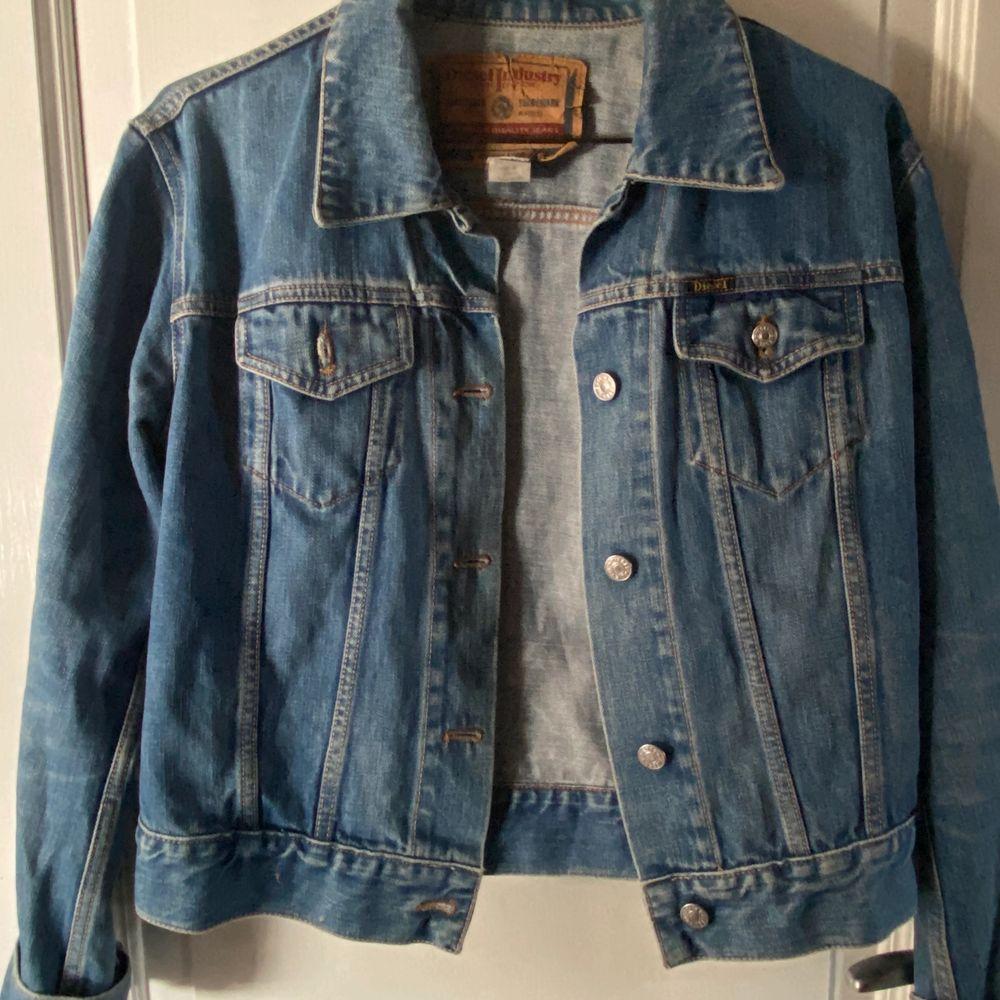Jeans jacka från diesel, storlek M men mer som S tror jag🤩. Jackor.
