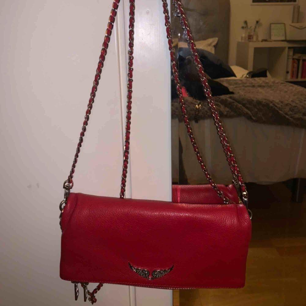 Säljer min sprillans nya Zadig Voltaire väska i en ascool röd färg❣️❣️ äskar den men måste rensa😌 kontakta mig för fler bilder. Buda✌🏼. Väskor.