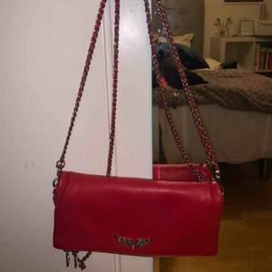 Säljer min sprillans nya Zadig Voltaire väska i en ascool röd färg❣️❣️ äskar den men måste rensa😌 kontakta mig för fler bilder. Buda✌🏼