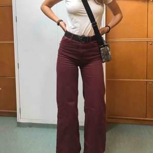Ett par röda Weekday jeans som e lite uttvättade men annars i jättebra skick! Jag är 182 och de e ganska korta på mig. Möts upp i Sthlm