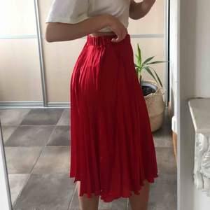 Frakt ingår i priset! En jättefin röd plisserad kjol från Gina Tricot. Finns inte kvar i sortimentet! Använd ett fåtal gånger, alltså så gott som nyskick. Eftersom det är resår i midjan skulle jag säga att den även passar för small✨