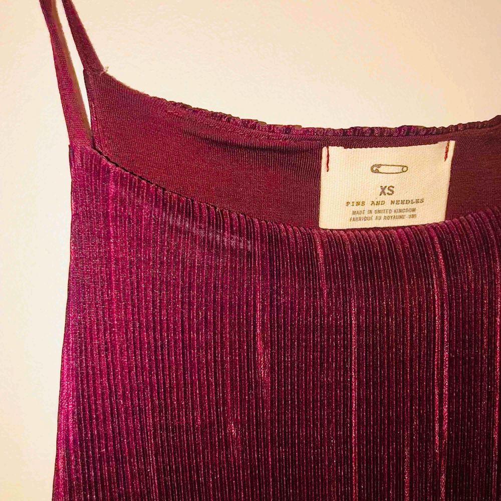 Kort mörklila klänning från Urban Outfitters 🥳. Klänningar.