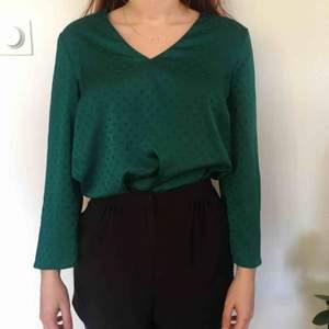 Fantastisk grön blus i något som liknar silke. Mönstret är grön bakgrund med mörkare gröna prickar. Säljer pga använder så sällan. Köpare betalar frakt. Skriv om du undrar över något! :)