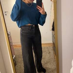 Ett par vida svarta jeans från Gina i storlek 36... säljer då dem sitter lite för tajt på mig. Varsamt använda så mycket bra skick! Frakt står köpare för🖤🖤 är 1,69 cm lång.