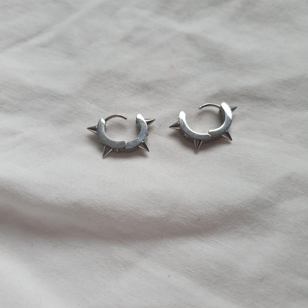 Sjukt coola örhängen som är nickelfria och är i rostfritt stål. 99 kr+11 kr frakt. Man föreställer så man betalar och sen tar det 1 vecka tills man får hem dom till dig. En perfekt julklapp!🌈💕. Accessoarer.