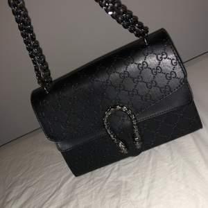 Mycket fin fake Gucci väska. Aldrig använd, så i nyskick. Superfin men säljer för den aldrig kommit till användning tyvärr.