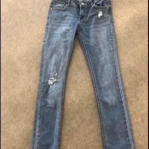 Fina Levis jeans, med snygga slitningar. Storlek 12. Modell 711 Skinny. Pris: 200kr, ev porto tillkommer