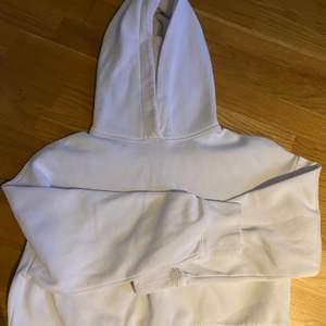 As fin hoodie från zara i storlek S. Den är kroppad och i väldigt bra skick. Använd ett fåtal gånger (köparen står för frakten)💞💞