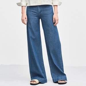 """Oootroliga jeans från Filippa K! Modell """"Ava Summer Denim"""" - utsvängda, ljust jeansblå och heeelt magiska. Underbart 70-tal. Material: 100% bomull Storlek: XS eller XXS men tror även S kan funka beroende på kroppsform, då dessa byxor är väldigt mjuka och stretchiga trots jeanstyget.  Kan mötas i Stockholm eller skickas mot fraktkostnad! ✨🌸✨"""