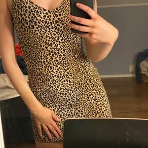 Leopard klänning! Använd en gång till halloween❤️ Frakt tillkommer!