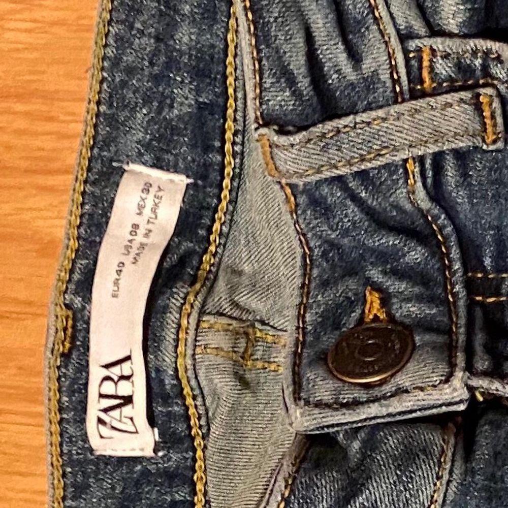 Blåa jeans från Zara med slitningar. Dom är i bra skick. Storlek 40 men skulle säga att dom passar en 38 också, lite beroende på. 100 kr plus frakt. Jeans & Byxor.