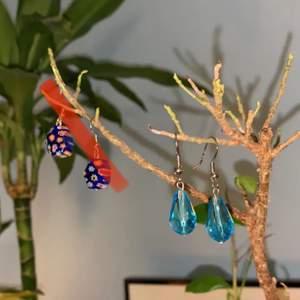 Handgjorda örhängen i glas jag köpte på en marknad i Spanien. Säljer då krokörhängen inte sitter rätt på mina örsnibbar! BLOMMIGA SÅLDA, blå kvar ♥️ 45 kr!