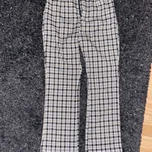 Säljer mina helt oanvända byxor då dem var alldeles för små för mig med stora lår. Men bra längd för en som är runt 165 cm💗 frakt tillkommer