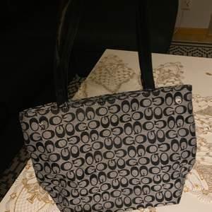 Säljer en Gucci inspirerade väska, väskan är helt ny och super söt.