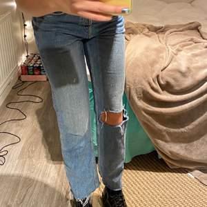 Säljer dessa raka jeans med hål köpta här på Plick (förra ägaren bild) säljer då de tyvärr itne kommer till användning🥺