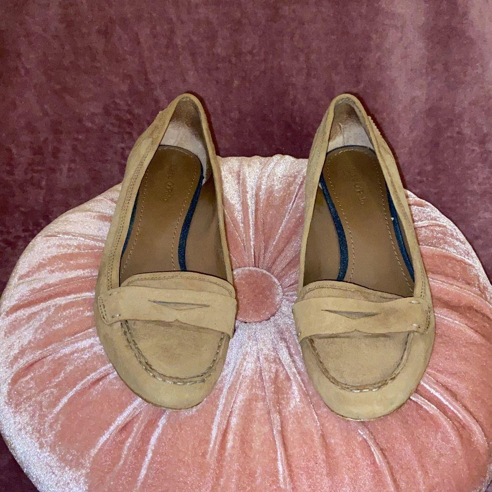 Äkta Marc O'polo skor i brunt läder. Små klackar. Använda så finns både små missfärgningar och skråmor. Men ser väldigt bra ut annars. ✨. Skor.