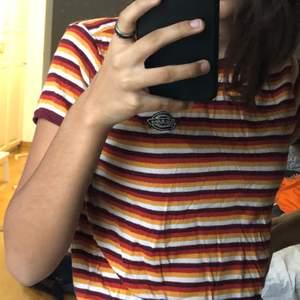 Säljer min dickies tröja då den inte kommer till användning längre. Osäker om den är real eller fake. Storleken är M.