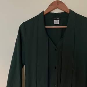 Kostymliknande jumpsuit med knytdetalj i storlek 36, men jag skulle säga att den är mer som en 38. Färgen syns bäst på FÖRSTA bilden :)