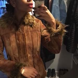 INTRESSEKOLL på snygg, skön, varm och trendig brun/beige jacka. Snygga detaljer och lurvig 💖Buda!  (Skorna också till salu på min sida)
