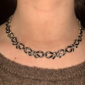 Ett fint halsband med rosetter på!