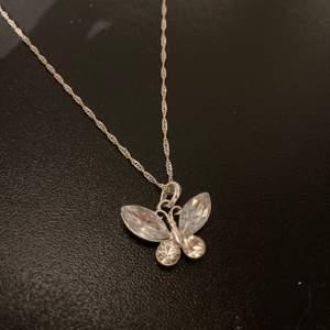 Superfint halsband med en fjäril på! Knappt använt och mycket fint skick!