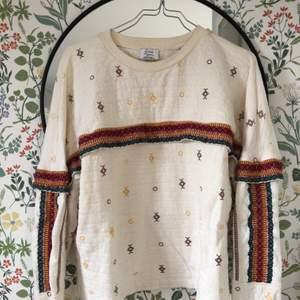 Snygg Indie-tröja från Zara. Härliga mönster och färger. Vintage och i väldigt bra skick! Storlek S.