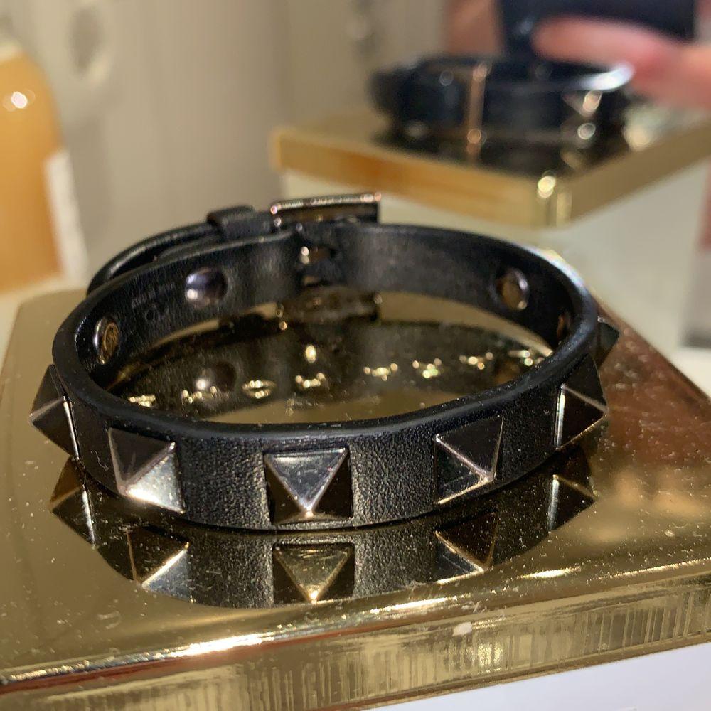 säljer detta svarta armbandet med nitar från valentino. köpt i sthlm i somras! bra skick (box och dustbag kommer med) bud på 1200kr. Accessoarer.