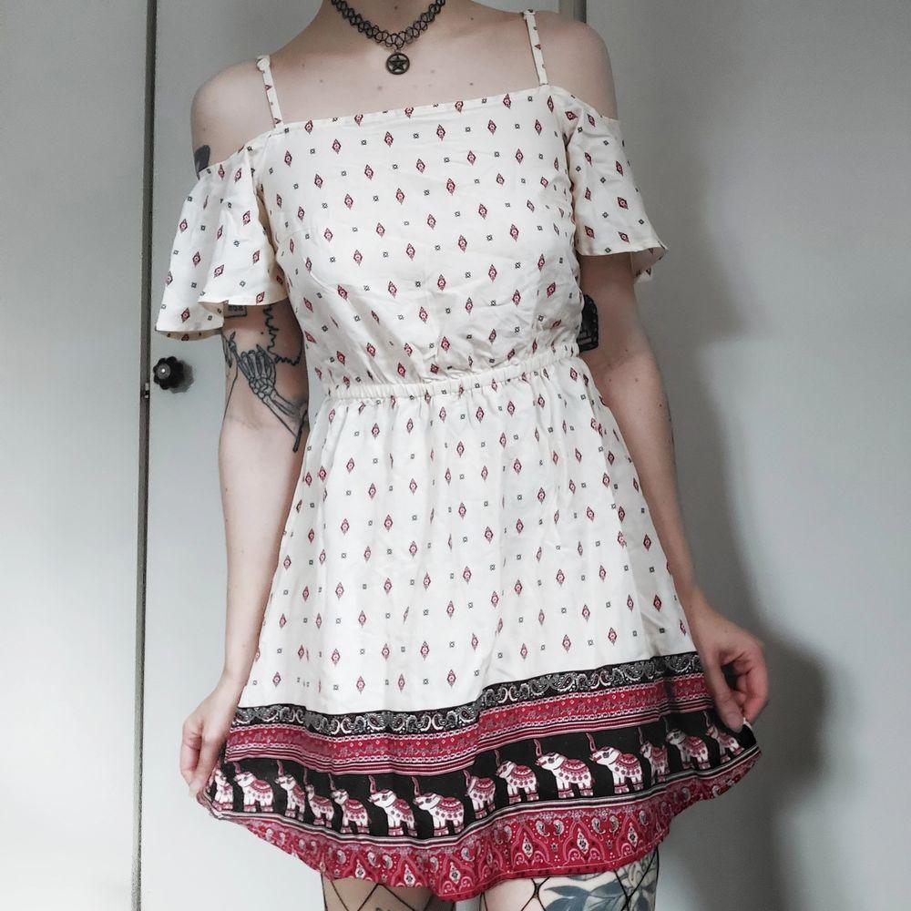 Off shoulder klänning från H&Ms coachella kollektion ☺ Så sjukt gullig passform med jättesnyggt mönster! Resår I midjan. Så sjukt fin sommarklänning 🥺🌼 Storlek saknas men den är antingen en 34a eller 36a 🌼 50kr. Klänningar.