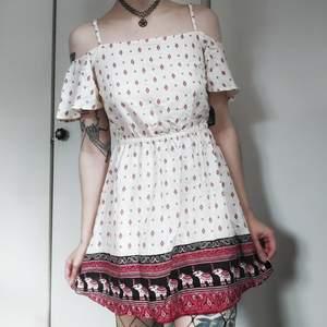 Off shoulder klänning från H&Ms coachella kollektion ☺ Så sjukt gullig passform med jättesnyggt mönster! Resår I midjan. Så sjukt fin sommarklänning 🥺🌼 Storlek saknas men den är antingen en 34a eller 36a 🌼 50kr