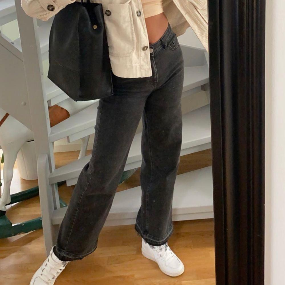 Snygga mörkgrå jeans. Snygg passform. Säljer då dom inte kommer till användning längre. Hör av dig vid frågor. Köparen står för frakten. . Jeans & Byxor.