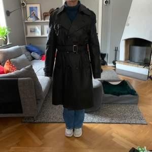 Säljer en vintage svart skinrock från 70-talet. Den är i gott skick och en fit som passar både killar och tjejer. Den är i storleken 48 man, men passar L och uppåt (annars ocersized)