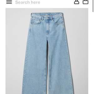 Säljer mina ace jeans från weekday då dom tyvärr inte kommer till användning längre. Jag är ca 160cm och dom lägger sig precis över skorna. Jag brukar även ha storlek 26/27 i jenas dom här är ganska stretchiga. Kom privat för mer bilder.