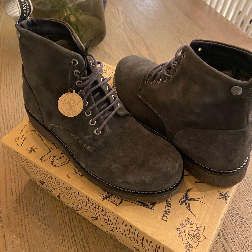 Säljer dessa helt nya sneaky Steve! Aldrig andvända lappen är fortfarande kvar! Säljer för 450+ frakt. Skor.