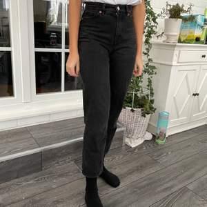 Monki jeans modell taiki(high waist, balloon leg) i storlek 24. Välanvända, men i bra skick.