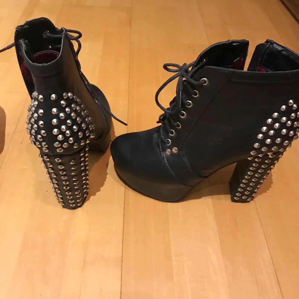 Svarta TIAMO högklackade skor med nitar. Storlek 40. Kan skickas på posten men köparen står för frakt!. Skor.