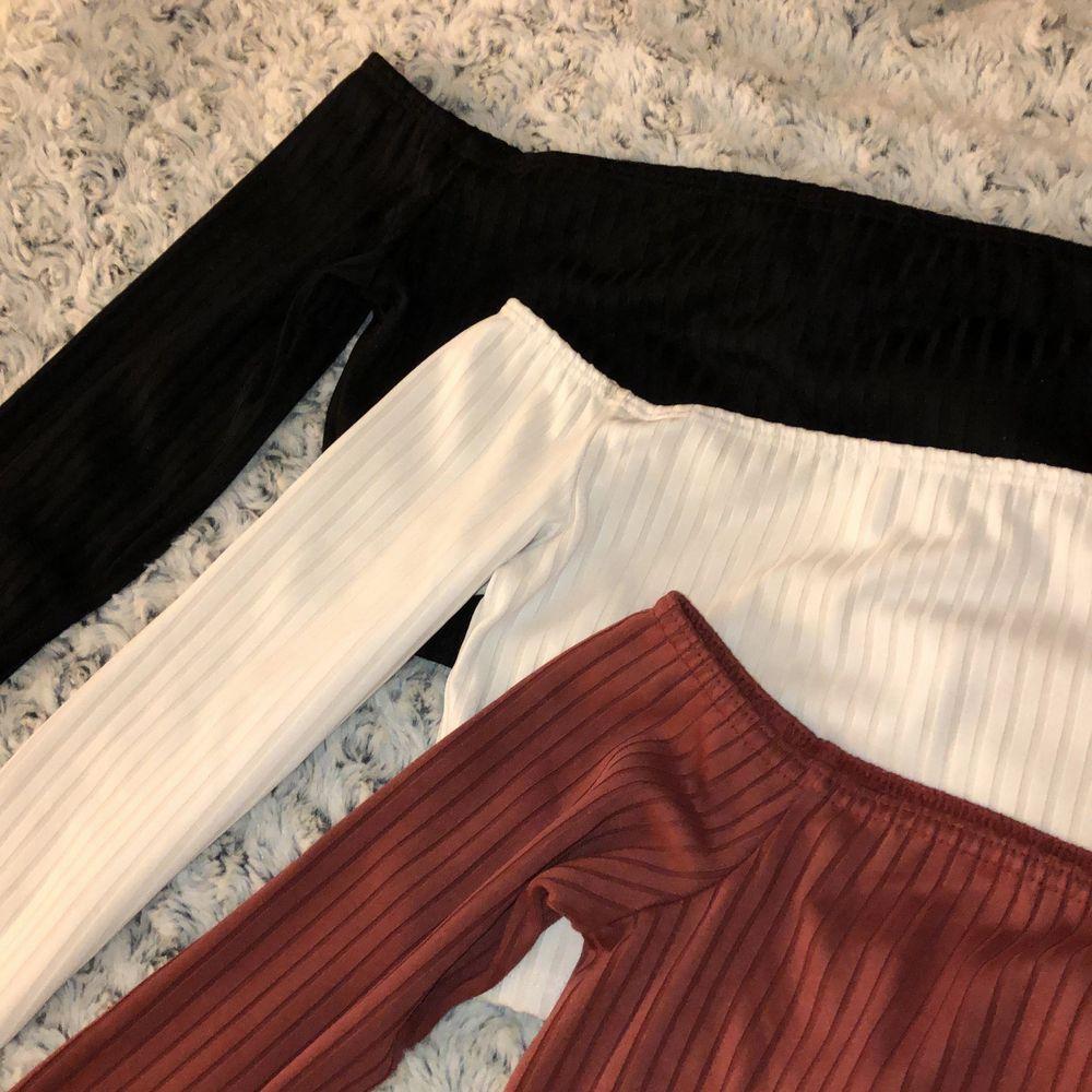 Tre söta off shoulder toppar i svart, vitt och vinröd färg. 100kr/st priset kan diskuteras . Toppar.