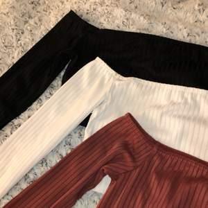 Tre söta off shoulder toppar i svart, vitt och vinröd färg. 100kr/st priset kan diskuteras